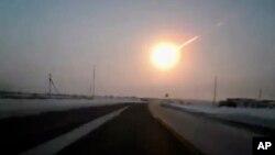 Hoton wannan dutse lokacin da yayi bindiga wanda wani mutumi ya dauka daga cikin motarsa a kan hanyar zuwa Chelyabinsk, Jumma'a 15 Fabrairu 2013