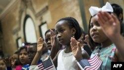 Anak-anak diambil sumpahnya sebagai warga negara AS setelah menjalani proses naturalisasi di Kebun Binatang Bronx, New York, 5 Mei 2017.
