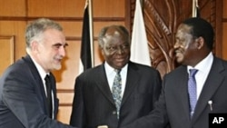 Kenyan President Mwai Kibaki (C) and Kenyan PM Raila Odinga (R) greeting the Chief Prosecutor for the International Criminal Court, Luis Moreno-Ocampo (L), ahead of their meeting in Nairobi, 05 Nov 2009 (Kenyan Presidential press service office)