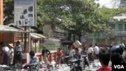 人们在发生骚乱的缅甸密铁拉镇抢劫商店(美国之音缅甸语组罗尼.迎拍摄)