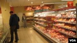 莫斯科的一家小超市。俄羅斯人對經濟日益悲觀。 (美國之音白樺拍攝)