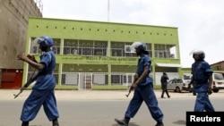 Des policiers patrouillent devant les studios de la Radio Publique Africaine à Bujumbura, 26 avril 2015.