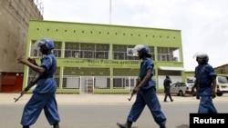 防暴警察在布隆迪首都的广播电台RPA外面巡逻。