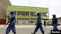 La police anti-émeute patrouille sur une rue de Bujumbura, au Burundi, 26 avril 2015. (REUTERS/Thomas Mukoya)