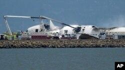 Investigadores revisan los escombros del avión de Asiana Airways que chocó en el aeropuerto de San Francisco.