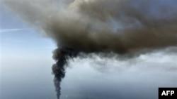 """Naftna bušotina """"Dipvoter Horajzon"""", u Meksičkom zalivu, gori nakon eksplozije u kojoj je poginulo 11 radnika"""