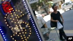 图为8月6日香港一个外汇交易所门外