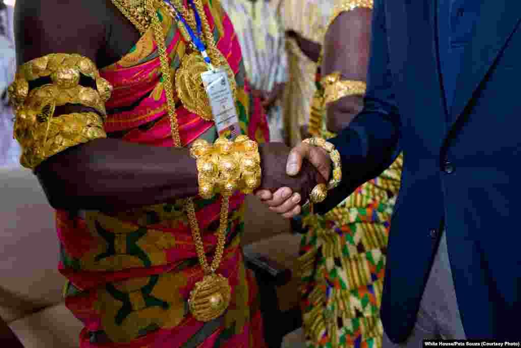 Obama en visite au Ghana pour rencontrer les chefs de tribus locales à Cape Coast, le 11 juillet 2009. (White House/Pete Souza)