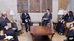Utusan khusus PBB-Liga Arab untuk Suriah (JSE), Kofi Annan (empat dari kiri) dan anggota delegasi PBB bertemu Presiden Bashar Assad (tiga dari kanan) di Damaskus (29/5). Foto ini dirilis oleh kantor berita resmi Suriah, SANA.