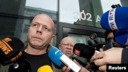 سئون ماری وکیل صلاح عبدالسلام در جمع خبرنگاران.