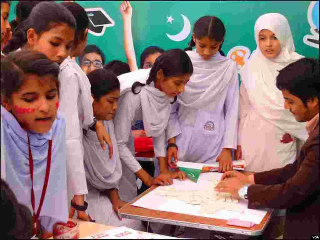 کراچی: اسکول کی طالبات مختلف کھیل سیکھ رہی ہیں