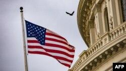 Archvio - La bandera de EE.UU. ondea en el Capitolio en Washington, el 30 de octubre de 2019.