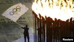 Walikot Rio de Janeiro, Brazil yang akan menjadi tuan rumah Olimpiade 2016, mengibarkan bendera Olimpiade pada penutupan Olimpiade 2012 di London (foto: dok). China mengumumkan bahwa mantan atlet lempar cakramnya yang berlaga di Olimpiade Berlin 1936 telah meninggal dunia pada usia 103 tahun.