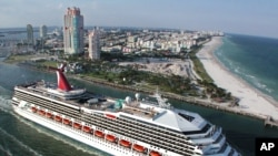 Salah satu kapal pesiar terbaru Carnival melintasi Miami Beach, AS.