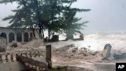 Bão Sandy mang sóng lớn ập vào Kingston, Jamaica