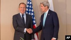 Menlu AS John Kerry (kanan) menyampaikan keprihatinan AS dalam pembicaraan dengan Menlu Rusia, Sergei Lavrov baru-baru ini (foto: dok).