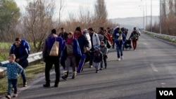 Những người di cư đi bộ về phía một trại tị nạn tạm thời ở biên giới Hy Lạp, ngày 4/3/2016.