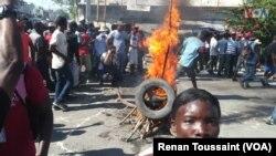 ພວກປະທ້ວງ ພາກັນຈູດຢາງລົດ, ກີດຂວາງຖະໜົນຫົນທາງ ໃນເມືອງ Port au Prince,ເຮຕິ, 18 ພະຈິກ 2018.