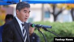 11일 서울 용산기지 미 재향군인의 날 행사에서 연설하는 성 김 주한 미국대사. (자료사진)