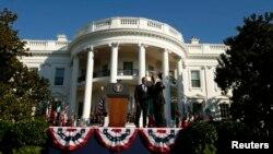 美国总统奥巴马2016年10月18日在白宫南草坪欢迎到访的意大利总理伦齐的仪式上与伦齐交谈。