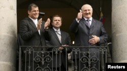 El presidente de Ecuador, Rafael Correa (izquierda) aplaude al presidente de Bielorrusia, Alexander Lukashenko, en el palacio Carondelet, en Quito.