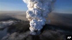 Abu letusan gunung berapi Eyjafjallajökull di Islandia tahun 2010 menutup sebagian besar wilayah udara Eropa selama enam hari (17/4/2010)