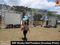 Layar besar yang dipersiapkan untuk Jokowi menonton penutupan Asian Games 2018 bersama para pengungsi Lombok.