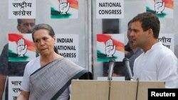 """印度反對黨""""國大黨""""最高領導人索尼婭·甘地和她的兒子拉胡爾(資料照片)"""