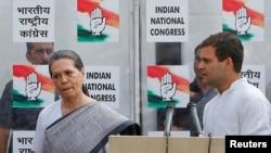 """印度反对党""""国大党""""最高领导人索尼娅·甘地和她的儿子拉胡尔(资料照片)"""