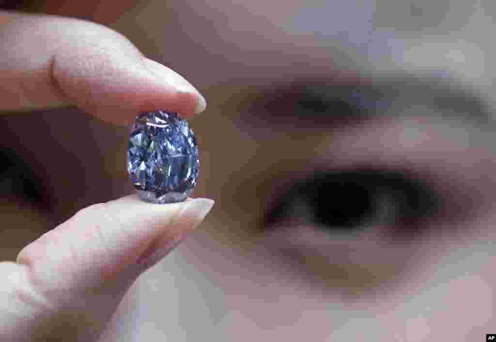 Raro diamante azul de 10 carates apresentado pela leiloeira Sotheby's em Hong Kong.