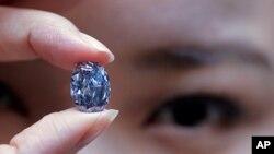 نمایش الماس آبی ۱۰.۱۰ قیراطی در هنگ کنگ