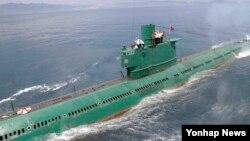 """북한 군사전문에 정통한 조셉 버뮤데즈는 19일 미국의 북한 전문 웹사이트 '38노스'에 기고한 글에서 """"북한 신포 남부 조선소에서 정체불명의 잠수함이 정박된 것이 포착됐다""""고 밝혔다. 사진은 지난 6월 북한 조선중앙통신이 김정은 국방위원회 제1위원장이 동해 잠수함 부대인 제167군부대를 방문, 직접 탑승해 훈련을 지도했다고 보도한 잠수함."""