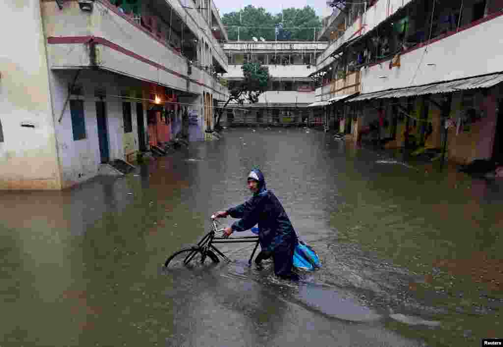 بارشوں کی وجہ سے ممبئی شہر کے نشیبی علاقے زیرِ آب آ گئے جب کہ پانی کئی گھروں میں بھی داخل ہو گیا۔