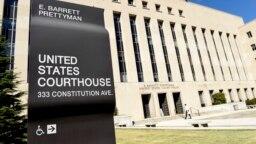 نمایی از مقابل دادگاه فدرال پایتخت آمریکا که یکی از متهم در آن حضور یافت.