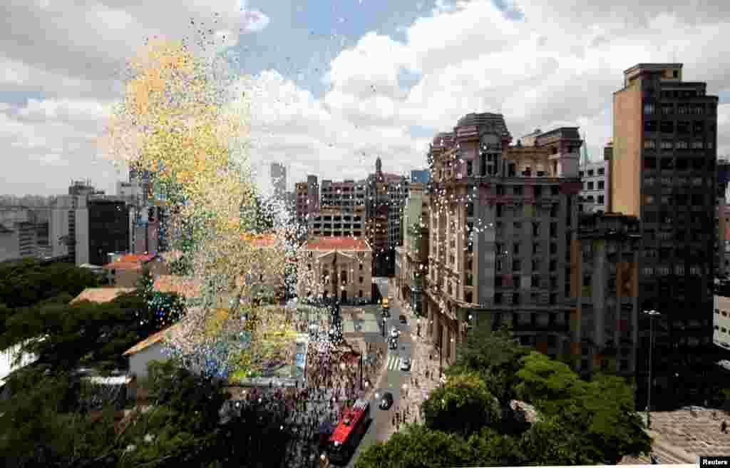 Balon dilepaskan ke langit sebagai bagian dari perayaan akhir tahun di pusat kota Sao Paulo, Brasil.