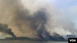 Kepulan asap terlihat membubung dari pulau Yeonpyeong, setelah dilaporkan terjadi baku tembak antara Korea Utara dan Selatan.