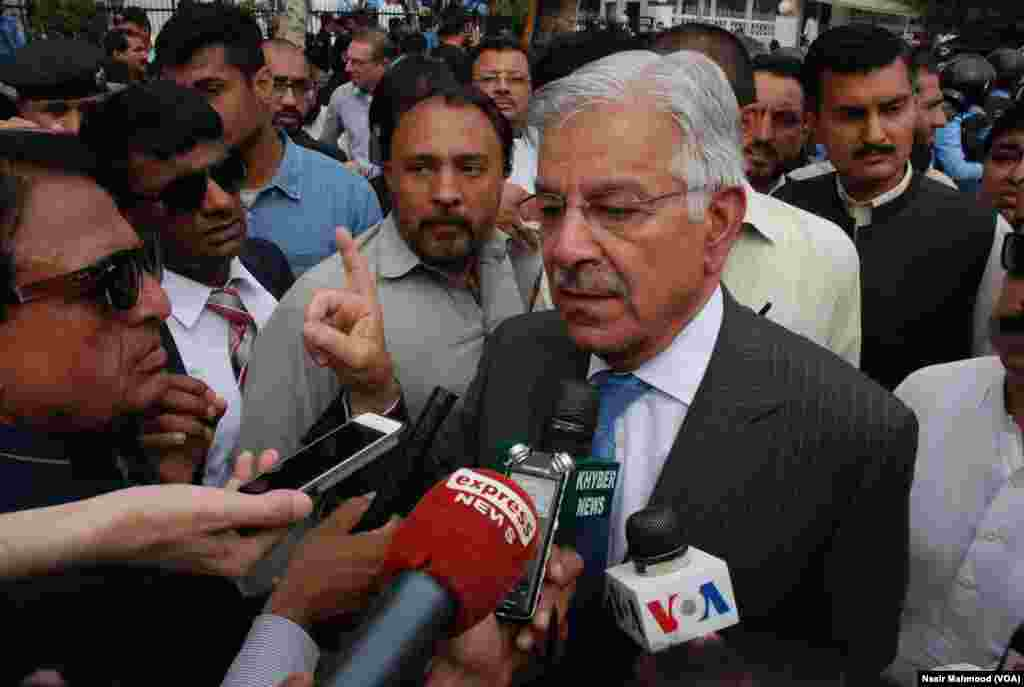 وفاقی وزیر خواجہ آصف ذرائع ابلاغ سے گفتگو میں فیصلے پر اظہار خیال کر رہے ہیں