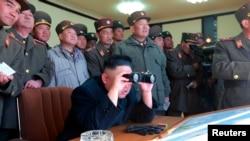 2013年3月14日,朝鮮中央通讯社发布的照片显示,朝鲜领导人金正恩和军事官员观看假设攻击韩国的军事演习