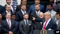 El presidente Donald Trump señala al entrenador de los Patriots, su amigo Bill Belichick, durante la visita que le hizo en Washington el equipo ganador del Super Bowl 2017.