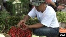 Salah seorang pedagang cabai merah di pasar Bandung.