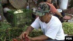Salah seorang pedagang cabe merah di pasar Bandung.