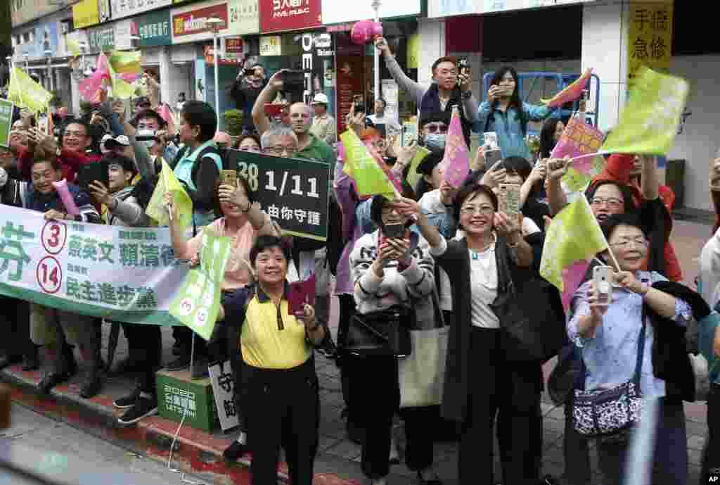 طرفداران رئیس جمهوری تایوان، که برای شرکت در انتخابات ریاست جمهوری آماده می شود، از او استقبال میکنند.
