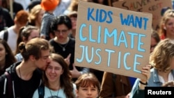 جوانان سوئیسی با شرکت در تجمع فعالان محیط زیست در لوزان خواستار مقابله با پدیده گرمایش زمین شدند - ۳ خرداد ۱۳۹۸