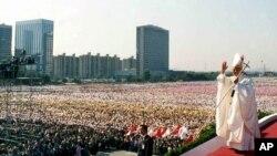 로마 가톨릭 교황 요한 바오로 2세가 지난 1989년 10월 8일 서울 여의도 광장에 미사를 집전하기 위해 도착하고 있다. 제 44회 성체 대회를 마감하는 미사에는 70만 명 이상이 참석했다.