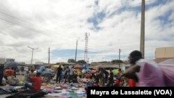Sem emprego, muitos jovens recorrem ao comércio informal. Mercado de Xipamanine, Maputo, 2014.