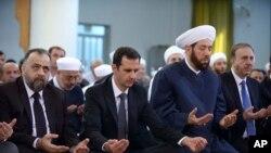 د سوریی جمهور رئیس بشار الاسد د اختر لمونځ د نورو سره یو ځای ادا کړ.