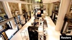 Photo d'archives - Vue générale du rez-de-chaussée du nouveau magasin Printemps à Carrousel du Louvre le centre commercial du Musée du Louvre à Paris le 13 Janvier, 2014.