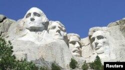 美国南达科他州拉什莫尔山国家纪念公园内美国总统山的华盛顿、杰斐逊、西奥多·罗斯福和林肯总统的雕塑。(2013年4月12日)