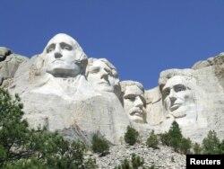 امریکہ میں ماؤنٹ رشمور پر چٹانیں تراش کر پانچ بانی صدور کے مجسمے بنائے گئے ہیں۔