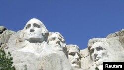 Os presidentes dos EUA George Washington, Thomas Jefferson, Theodore Roosevelt e Abraham Lincoln esculpidos no Memorial Nacional do Monte Rushmore em Black Hills, no estado da Dakota do Sul (cortesia NPS/Handout via REUTERS )